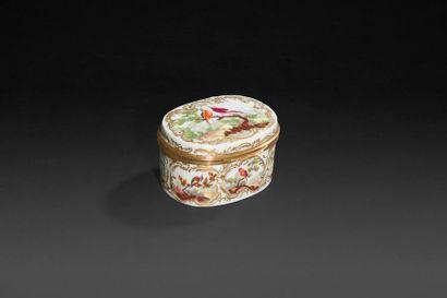 Tabatière ovale en porcelaine à décor polychrome...