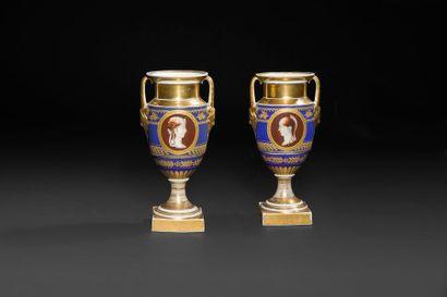 Paris Paire de vases en porcelaine de forme balustre à fond bleu et or à décor de...