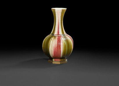 Vase en porcelaine à panse basse et col ouvert...