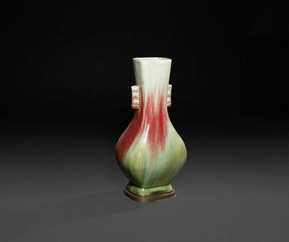 Chine - XXe siècle Vase hu à deux anses de chaque côté du col en porcelaine céladon...