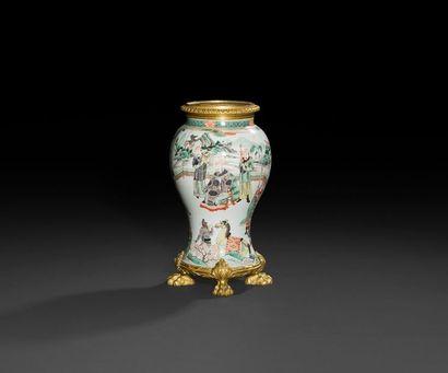 Vase en porcelaine à décor chinois, à monture de bronze doré, reposant sur des pieds...