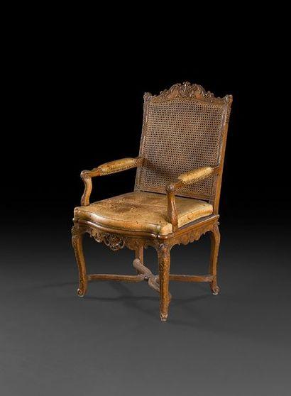 Beau fauteuil en hêtre richement sculpté...