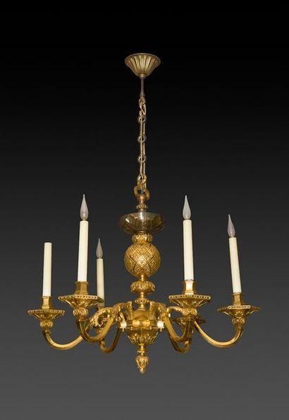 Lustre en bronze doré à six bras de lumière...