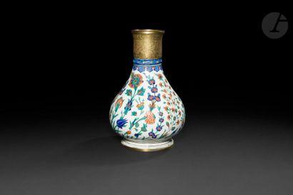 Vase à décor floral, Turquie ottomane, Iznik,...