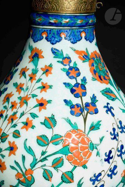 Vase à décor floral, Turquie ottomane, Iznik, vers 1575 Vase à large col cylindrique...