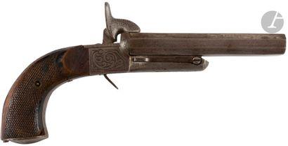 Pistolet à broche, deux coups, calibre 15 mm. Canons juxtaposés et coffre gravé....