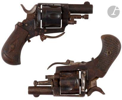 Deux revolvers Bull Dog, calibre 320. Canons ronds. Barillets évidés. Détentes pliantes....