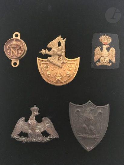 Ensemble de cinq ornements et cuivreries...