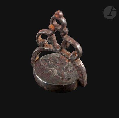 Petit cachet de cou à cire En acier ciselé, gravé en intaille de Neptune tenant...