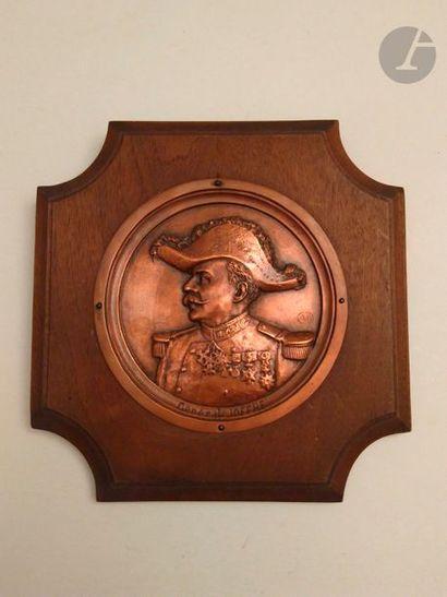 Le Général JOFFRE en uniforme Médaillon en demi ronde-bosse, en cuivre. Diamètre...