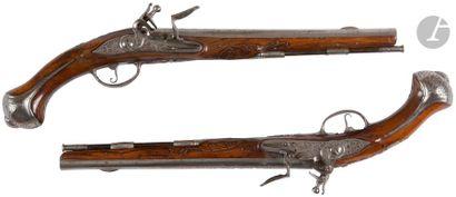 Paire de pistolets d'arçon à silex. Canons ronds, à méplats aux tonnerres, finement...