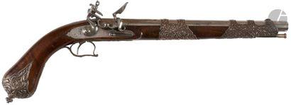 Long pistolet dit de présent à silex à l'oriental. Canon rond à pans, ciselé et...