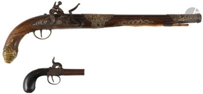 Long pistolet à silex d'Afrique du Nord. Canon rond à méplat sur le dessus et à...
