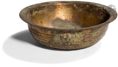 CHINE - époque HAN (206 av. JC - 220 ap. JC) Bol en bronze à traces de dorure à...