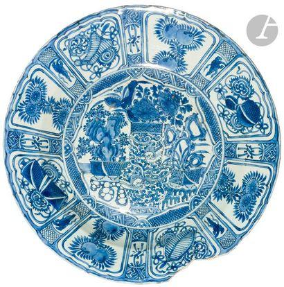 CHINE - Début XVIIe siècle Grand plat Kraak en porcelaine émaillée en bleu sous...