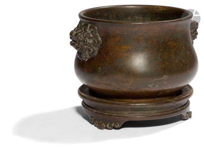 CHINE - XVIIIe siècle Brûle-parfum en bronze à patine brune à décor finement ciselé...