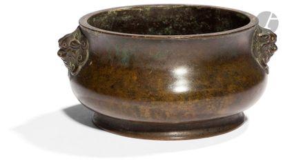 CHINE - XVIIIe / XIXe siècle Brûle-parfum en bronze à patine brune, les anses finement...