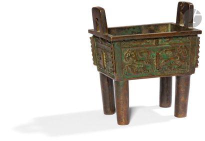 CHINE - XIXe siècle Brûle-parfum quadripode en bronze à patine brune et verte, deux...