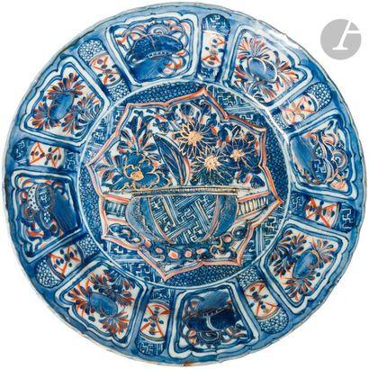 CHINE - XVIIe siècle Assiette Kraak en porcelaine émaillée en bleu sous couverte...