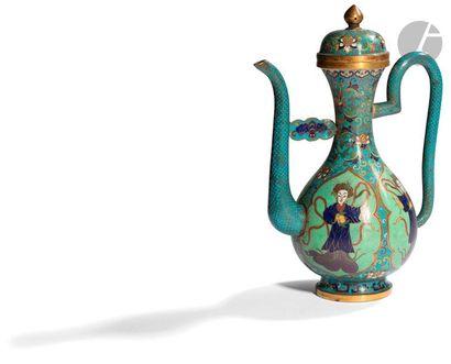CHINE - Vers 1900 Aiguière en bronze et émaux cloisonnés polychromes sur fond bleu...