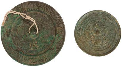 CHINE - de style HAN Deux miroirs en bronze....