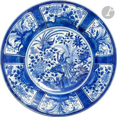 JAPON, Fours d'Arita - Fin XVIIe siècle Important plat dit Kraak en porcelaine décorée...