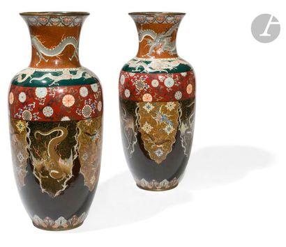 JAPON - Vers 1900 Paire de grands vases balustres en cuivre émaillé polychrome en...