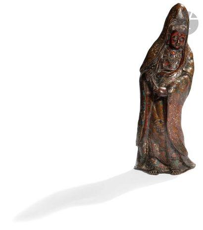 JAPON - Vers 1900 Statuette de Kannon debout en bronze à patine brune et émaux cloisonnés...