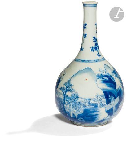 CHINE - XVIIe siècle Vase bouteille en porcelaine...