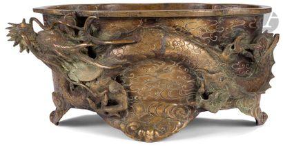 JAPON - Vers 1900 Jardinière polylobée quadripode en bronze à décor en relief de...
