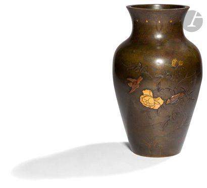JAPON - Vers 1900 Vase balustre à col ouvert en bronze à patine brune à décor incrusté...