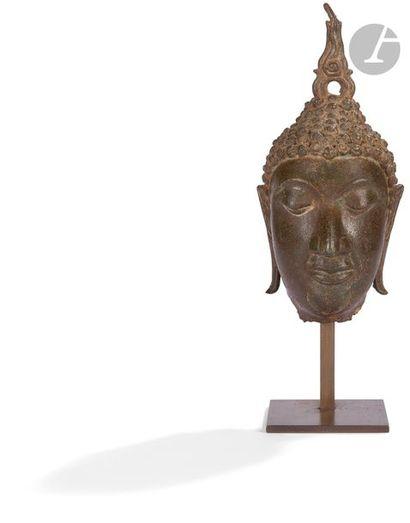 THAÏLANDE - XVIIe siècle Tête en bronze à...