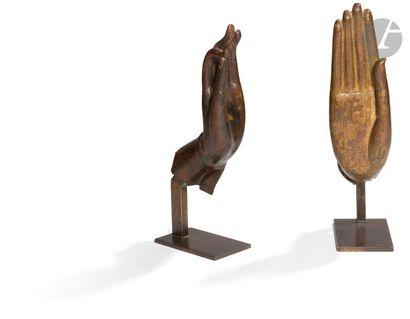 THAÏLANDE - XVIIe et XIXe siècle Deux mains de bouddha en bronze, l'une à patine...