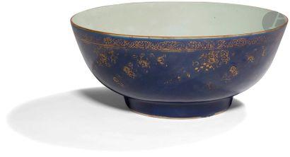CHINE - XVIIIe siècle Bol à punch en porcelaine émaillée bleue poudrée ornée de...