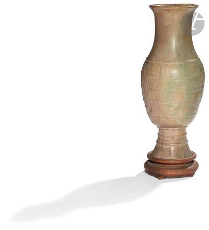CHINE Vase balustre à col ouvert sur piédouche...