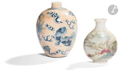 CHINE - XIXe siècle Deux flacons tabatière,...