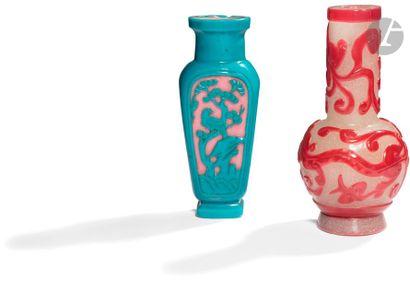 CHINE - XXe siècle Deux vases en verre overlay,...