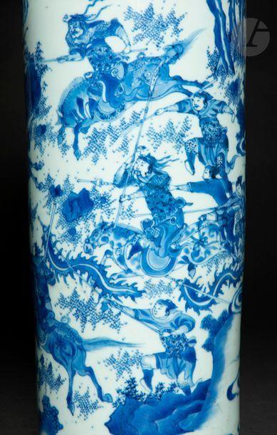 CHINE - XVIIe siècle - TRANSITION Vase rouleau en porcelaine blanche émaillée en...