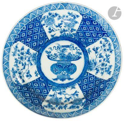 CHINE - Époque KANGXI (1662 - 1722) Paire de plats ronds en porcelaine blanche émaillée...