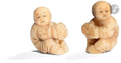 JAPON - XIXe siècle Deux ojime en ivoire...