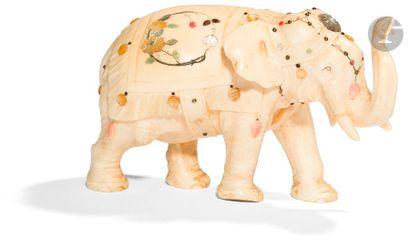 JAPON - Époque MEIJI (1868 - 1912) Okimono en ivoire, éléphant marchant. À décor...