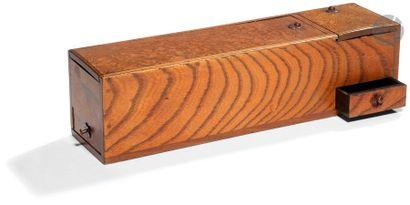 JAPON - Époque MEIJI (1868 - 1912) Boîte rectangulaire à secrets en hinoki ouvrant...