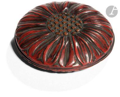 JAPON - XIXe siècle Petite boîte ronde en laque rouge formant fleur de chrysanthème....