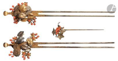 JAPON - XIXe siècle Trois épingles à cheveux en cuivre, laiton doré et shibuichi...