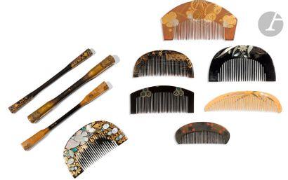 JAPON - Début XXe siècle Ensemble comprenant sept Kushi dont quatre en laque noir...