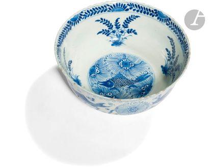 CHINE - Époque KANGXI (1662 - 1722) Bol à bordure chantournée en porcelaine blanche...