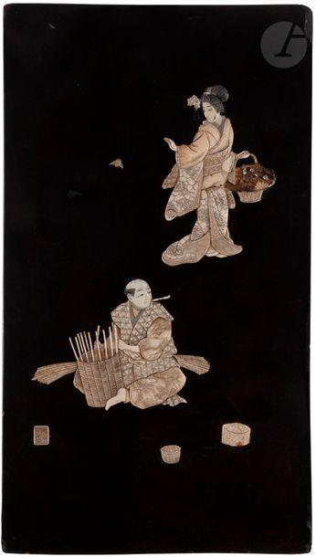JAPON - XIXe siècle Panneau en bois sculpté à décor appliqué en os et nacre, d'une...