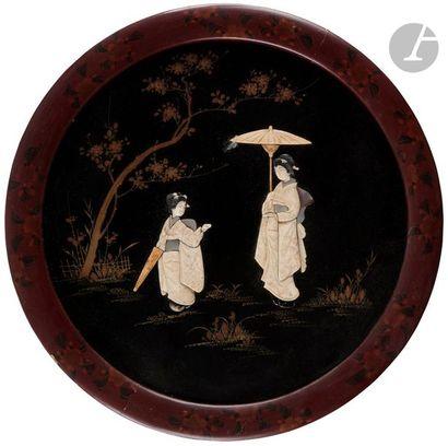 JAPON - Début XXe siècle Deux panneaux ronds en bois laqué brun et or et incrustation...