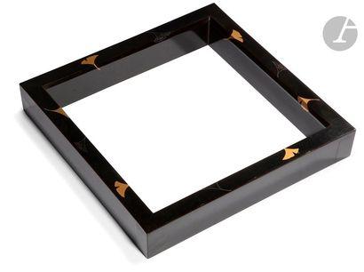 JAPON - XXe siècle Cadre carré en laque noir...