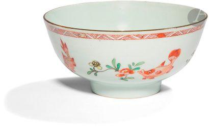 CHINE - Époque KANGXI (1662 - 1722) Bol en porcelaine émaillée en rouge de fer,...
